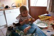 Dass die Süssigkeiten eigentlich Tischdekoration waren, störte Leander wenig.
