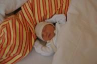 Gut behütet mit dem Neugeborenen-Sturzhelm