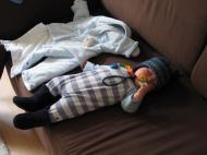 Beim Anziehen eingeschlafen…