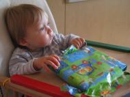 Abgelenkt beim Geschenkeauspacken