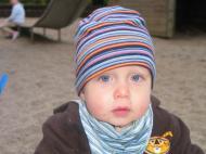 Mit Turban-Mütze auf dem Spielplatz