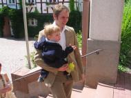 Leander: schick, Leanders Papa: schick - der Weg zur Kirche